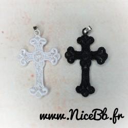 Pendentif croix en broderie...